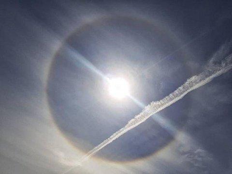 Slik så solen ut søndag. Værfenomenet kalles en halo. Foto: Arild R. Hansen (Drammens Tidende)