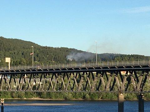 Det brenner i skogen i Fetsund torsdag kveld. Dette bildet er tatt fra Lillestrøm-sida i Fetsund.