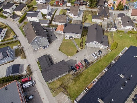 SELGER ALT: «Trekanten» med bygningsmasse inneholder 16 leiligheter. De er eid gjennom et aksjeselskap som nå skal selges.