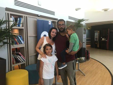 Therese De Armas Billing og familien har fått nye billetter hjem på tirsdag.