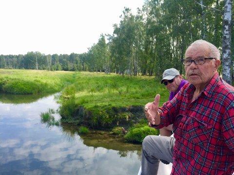 BRYLLUPSREISE: Tidligere oppsynsmann Gunnar Andersen ved det som er Myggfitta. Det er den «grøfta» som går innover i Graslandet på bildet. Da Gunnar Andersen tok med sin Åse på bryllupsreise her i 1960 kjørte de med snekka gjennom Myggfitta. I bakgrunnen «dekksgutt» Frank Roar Sørlie. Alle foto: Rune Fjellvang