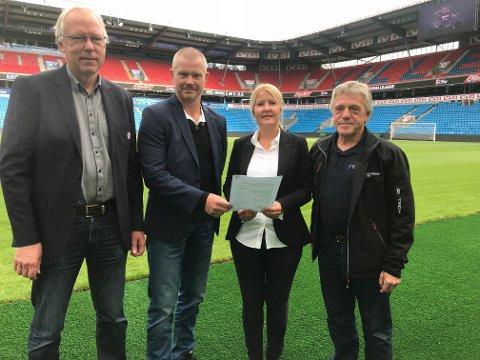 I BOKS: Avtalen ble signert på Ullevaal stadion. F.v. Ole Myhrvold og Nils Fisketjønn i NFF, Sand-leder Tone Hassel og Jan Ivar Engebretsen i Ullensaker Idrettsråd.