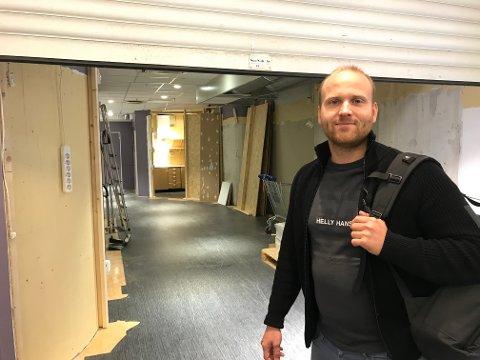 ÅPNER I SLUTTEN AV SEPTEMBER: Andreas Kamøy er en av grunnleggerne av frisørkonseptet Cutters. Nå er de klare for å åpne en salong på Jessheim storsenter.
