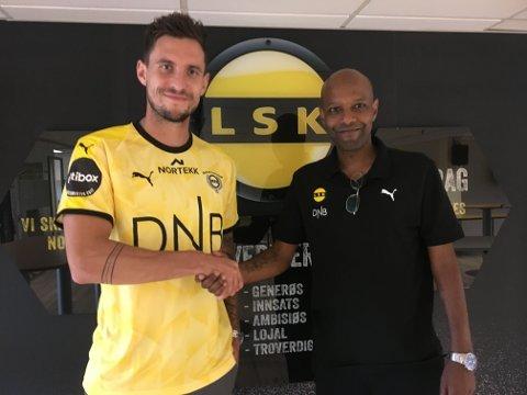 KLAR: Daniel Pedersen (til venstre) og sportssjef Simon Mesfin tar hverandre i hendene etter at danskens kontrakt med LSK er signert.
