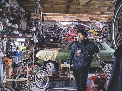 Garasjens stolthet: Midt i garasjen til Ole Ivar Stensrud står det en grønn Kadett fra 1971.