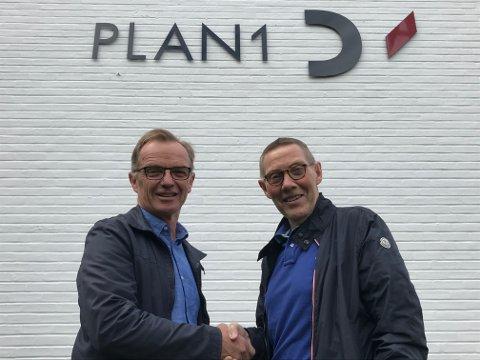 SOLGT: Ole Bj. Folmo (t.h) har solgt Romerike Arkitekter til Plan1. Her med daglig leder Knut Andersen.