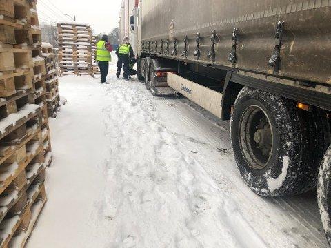 Denne lastebilen fikk ikke kjøre videre grunnet dekkstandarden.