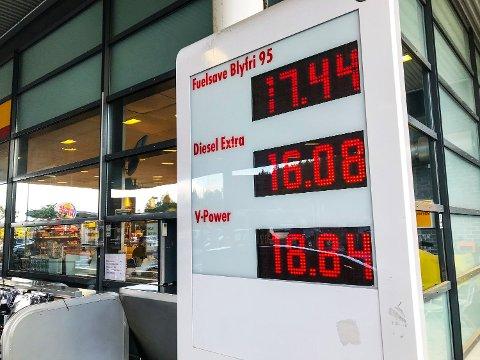 Regjeringen kutter i veibruksvagiften med fem prosent. Det gjør at økningen i CO2-avigften ikke vil gi dyrere ebsnin eller diesel. Foto: Lise Åserud (NTB scanpix)