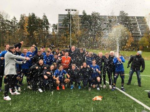 Bildetekst: Champagnen sprutet når Eidsvold turn startet feiringen av opprykket til PostNord-ligaen. Foto: Marianne Jødahl Riste