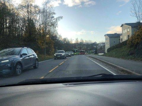 KØ FRA RÆLINGSTUNNELEN TIL STRØMMEN: Også på Nedre Rælingsvei står bilene tett i retning Lillestrøm.