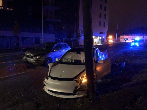 KLARTE IKKE SVINGEN: Det ble store materielle skader på begge bilene som var involvert i trafikkuhellet i Lørenskog natt til lørdag.