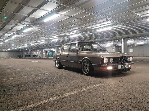 BEIGE BMW: Bilen har registreringnummer JR 15519.