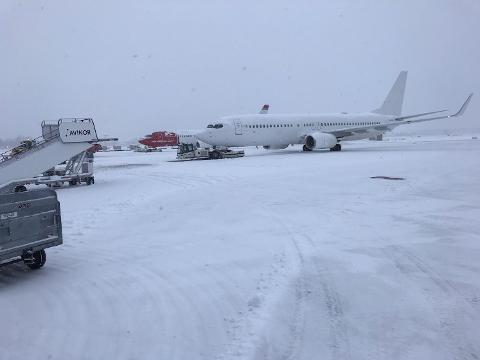 Disse to Norwegian-flyene ble stående i minst en halvtime. Kjøretøyene som skulle frakte dem ut klarte ikke å dytte flyene på grunn av det glatte underlaget.