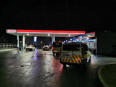 SLAGSMÅL: Ved Esso Maura. Politiet er på stedet lørdag kveld.