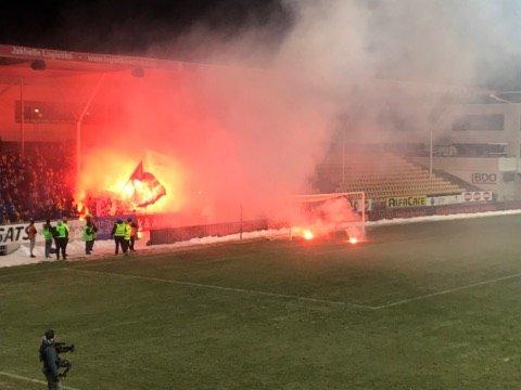 ØLBOKSER: Kort tid etter dette ble det ifølge politiet kastet ølbokser fra en leilighet bak fansen til Sarpsborg 08.