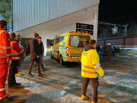 HENTET: En LSK-supporter ble fraktet til sykehus etter et uhell på kanarifeltet. FOTO: STINE CHRISTENSEN