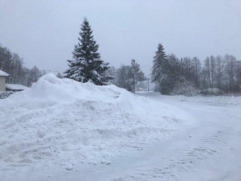 Selv om det er fristende, er det ikke lov å skyve snøen over på naboeiendommen uten tillatelse.