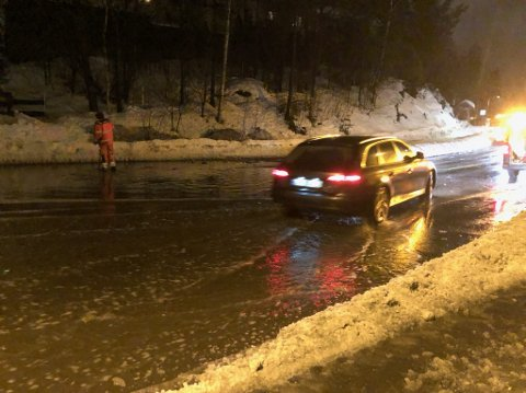 OVERVANN: I veibanen på Rasta ved busstoppet Glenneveien var det søndag mye vann.