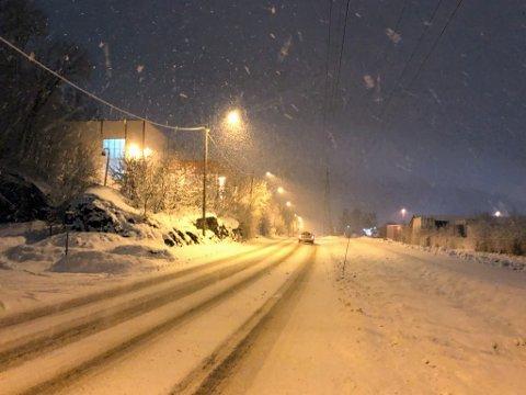 Foruten vogntoget som sto fast melder Øst politidistrikt om rolige forhold på Romerike til tross for snøvær. Her fra Rolf Olsens vei på Kjeller.