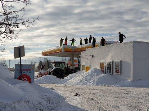 MÅKER TAKET: 12 personer var i sving for å måke taket på Shell Kløfta denne uka. Til helga kommer regnet og snøen kan bli tung. Det kan føre til skader.