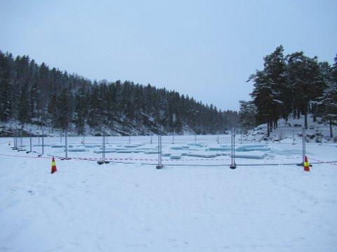 Avsperret: Det er skåret et digert hull i isen. Foto: Steinar Saghaug