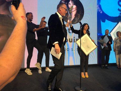 """FORNØYD: Svetlana Jouini far Lillestrøm var tydelig fornøyd da hun mottok prisen for """"Årets Frisør"""" i region Øst-Norge."""