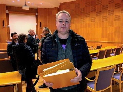 Vidar Hoel representerer 15 eneboligeierne på Holt Vestvollen. Til møtet tirsdag kveld hadde han med bunker med historiske dokumenter fra utbyggingen.