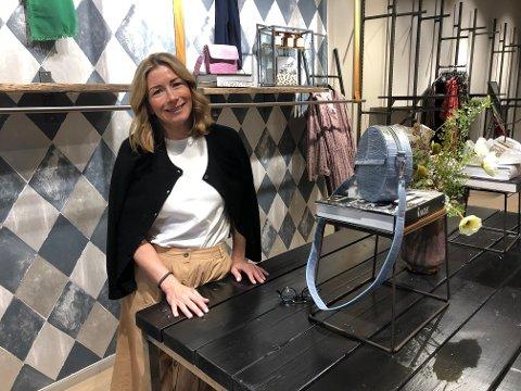 SATSER STØRRE: Olivia`s på Strømmen storsenter flytter inn i de gamle lokalene til PM på Strømmen Storsenter. Butikksjef Jenny Ørjavik gleder seg til å få enda større lokaler. FOTO: LINDA INGIER