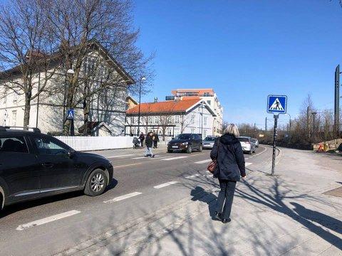 Kan være kaotisk: I rushtiden kan det bli mye fotgjengere, syklister og bilister i dette området. Rolf Thorben Holm i eiendsomsselskapet Lillestrøm Delta mener området bør få et løft som gagner fotgjengerne.