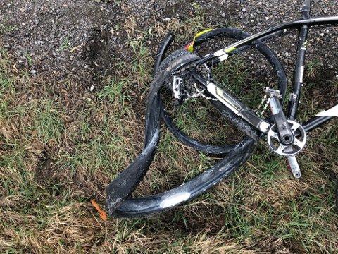BAKHJULET: Det er tydelige skader på en av syklene på ulykkesstedet. FOTO: VIDAR SANDNES