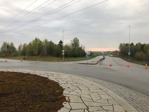 SPERRET: E16 er søndag morgen sperret fra Kløfta og i retning Vormsund.