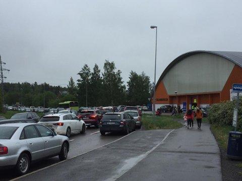 STOR PÅGANG: Mange tok bilen til loppis i Fjellhamarhallen lørdag.