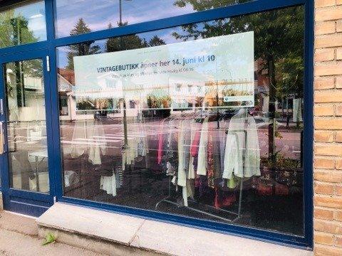 BRUKT I SENTRUM: Nan Toril Magnesholen sier Norasonde har helt andre muligheter å spille på nå som de ligger midt i Lillestrøm sentrum. I fjor åpnet det kafé i disse lokalene. Fredag åpner bruktbutikken Second chance.