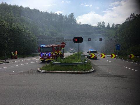 På lillestrømsiden var tunnelen stengt og røyken veltet ut.