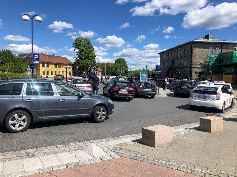 Ofte fullt: Drop-off-sonen er til høyre og taxiholdeplassen er til venstre. Da RB var på stedet var det endel pågang på plassene. Bildet tatt kl. 14.20.