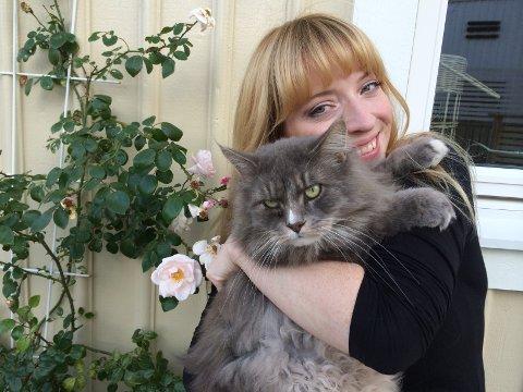 LØVENES KONGE: Ikke akkurat en løve, men Reidun Sæther er så fan av Elton John at hun har oppkalt katten sin for «Elton». Nå synger hun åpningssangen i den nye Løvenes Konge-filmen som kommer i midten av juli.
