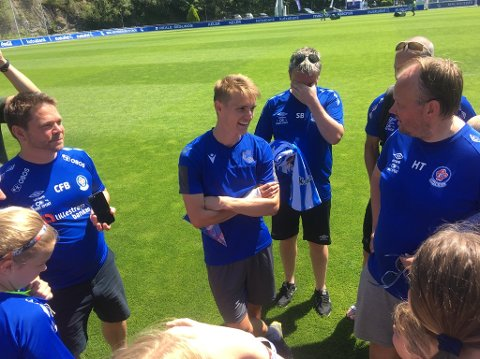 I sentrum: Også trenere og foreldre fikk noen ord med Ødegaard.