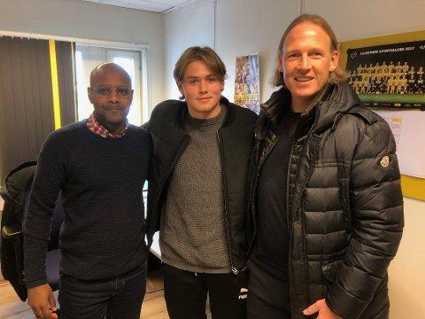 ENIG MED GLIMT: Lars Ranger (i midten) kan bli Bodø/Glimt-spiller. Her sammen med LSKs sportssjef Simon Mesfin (t.v.) og sin agent Torgeir Bjarmann etter signeringen av ny kontrakt i mars.