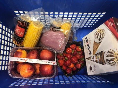 NY PRISTEST: - Hvis du skal kjøpe én jordbærkurv eller tre, svinefilet, kroneis, mais eller nektariner, kan det være lurt å sjekke prisen først, sier Tom H. Ystaas i Enhver.no Foto: Foto: Oda Aarseth/Nettavisen