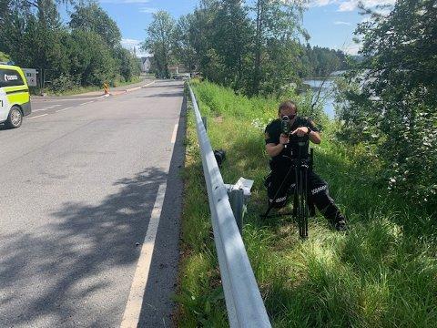 LASERKONTROLL: Etter å ha fått klager om råkjøring tok politiet med seg laseren og satte seg i veikanten. Her fra Langvannet i Lørenskog.