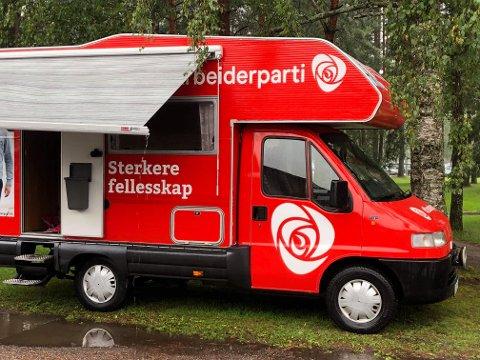 DIESELDREVET: Fra denne bobilen som er registrert i 1996 driver Lillestrøm AP valgkamp.