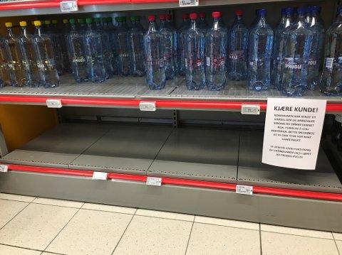 TOMT: Etter kok vannet-meldingen fra kommunen har innbyggerne hamstret flaskevann. Nå er de fleste butikkene tomme. FOTO: RB-TIPSER