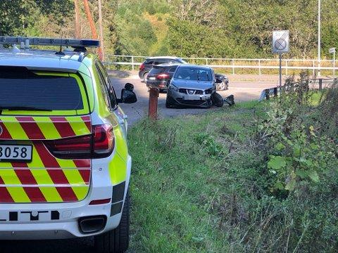 STORE SKADER: Tre biler fikk store materielle skader og en person ble sendt til Ahus etter ulykken.