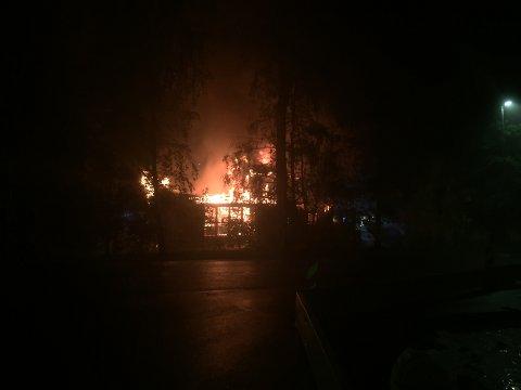 FULL OVERTENNING: Brannvesenet jobber i natt med å redde et mindre bygg ved siden av fritidsklubben på Løvenstad, mens selve fritidsklubben er i ferd med å brenne ned.