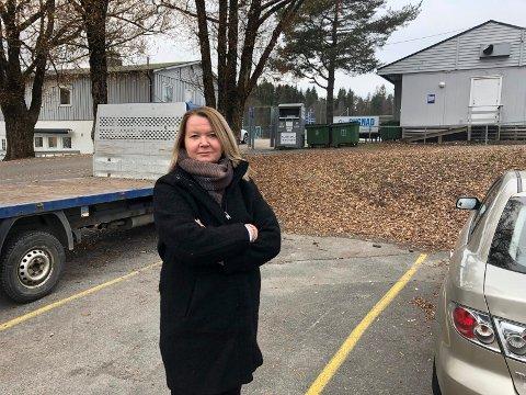 Ikke imponert: Høyre-gruppeleder Amine Mabel Andresen føler hun fikk et enda klarere inntrykk av Lørenskog ishockeyklubbs utfordringer etter at hun fikk se på forholdene selv.