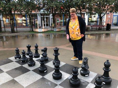 Samfunnskontakt i Lillestrømbanken, Trine Ullereng, håper på hjelp i konge-jakten. (Foto: Lillestrømbanken)