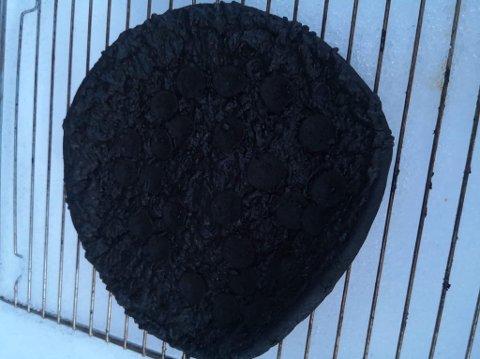 Da brannvesenet rykket ut til en bolig i forrige uke, ble de møtt av et rom fullt av røyk og en svartbrent pizza i steikeovnen. Personen som skulle lage seg nattmat, lå og sov.