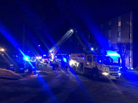 STORT OPPMØTE: Flere ambulanser, brannbiler og politibiler er på stedet. FOTO: TONJE RUUD SJØLIE