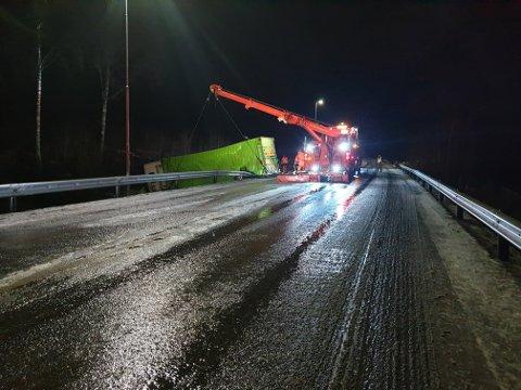 SPERRET VEIEN: Riksvei 4 i Hakadal var sperret i lengre tid natt til tirsdag etter at en lastebil kjørte av veien.