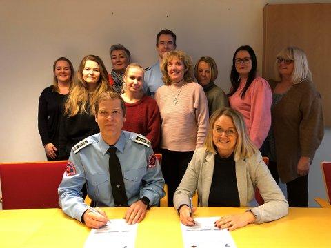 SIGNERING: NRBRs brann- og redningssjef Arne Stadheim og direktør for helse og mestring Bjørg Torill Madsen signerte i dag samarbeidsavtalen.